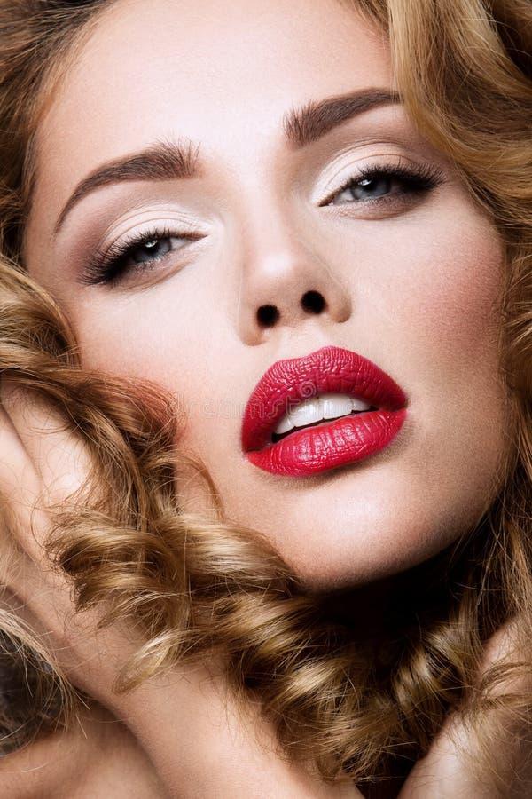 Maak omhoog Glamourportret van mooi vrouwenmodel met verse make-up en romantisch golvend kapsel royalty-vrije stock afbeelding