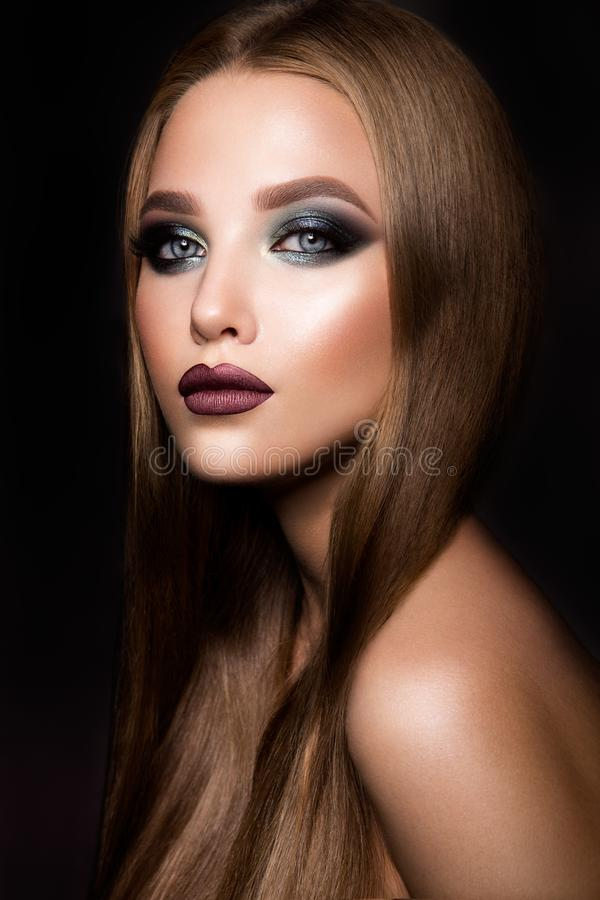 Maak omhoog Glamourportret van mooi vrouwenmodel met verse make-up en romantisch kapsel stock afbeeldingen