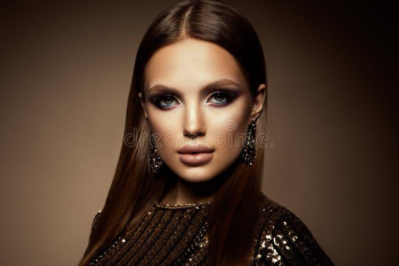 Maak omhoog Glamourportret van mooi vrouwenmodel met verse make-up en romantisch kapsel royalty-vrije stock foto