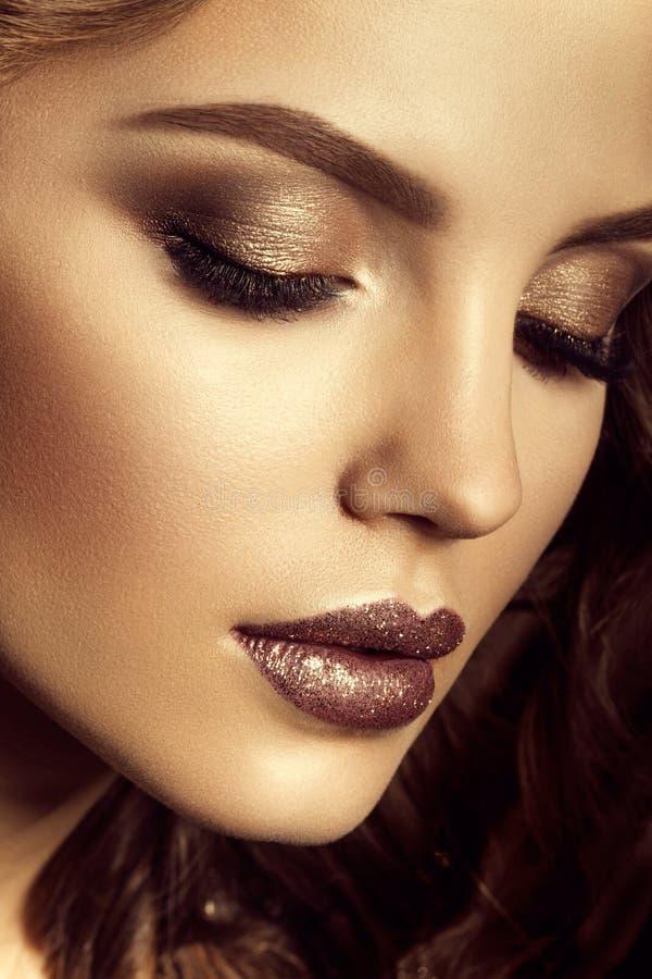 Maak omhoog Glamourportret van mooi vrouwenmodel met verse make-up en romantisch kapsel stock foto