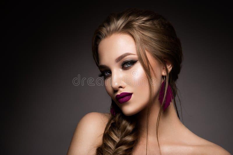 Maak omhoog Glamourportret van mooi vrouwenmodel met verse make-up en romantisch kapsel stock afbeelding