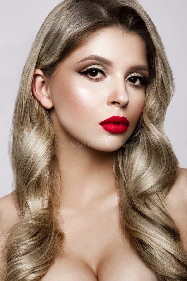 Maak omhoog Glamourportret van mooi vrouwenmodel met verse make-up en romantisch kapsel royalty-vrije stock afbeeldingen