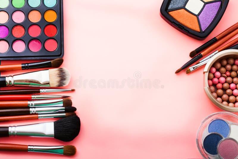 Maak omhoog hulpmiddelen Schoonheidsmiddelen op roze achtergrond Hoogste mening Spot omhoog De ruimte van het exemplaar Schoonhei royalty-vrije stock afbeeldingen