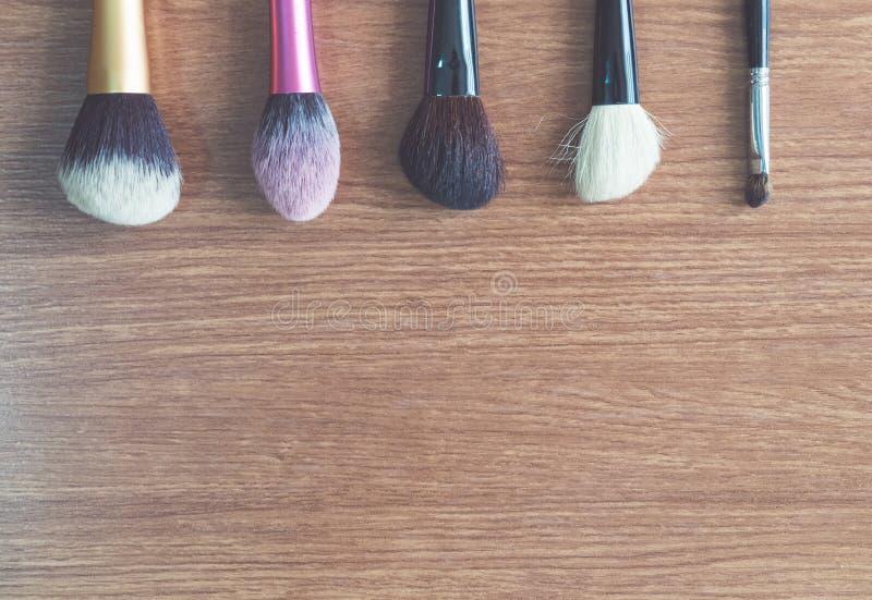 Maak omhoog kosmetische de schoonheidsmanier van het borstelproduct op hout stock fotografie
