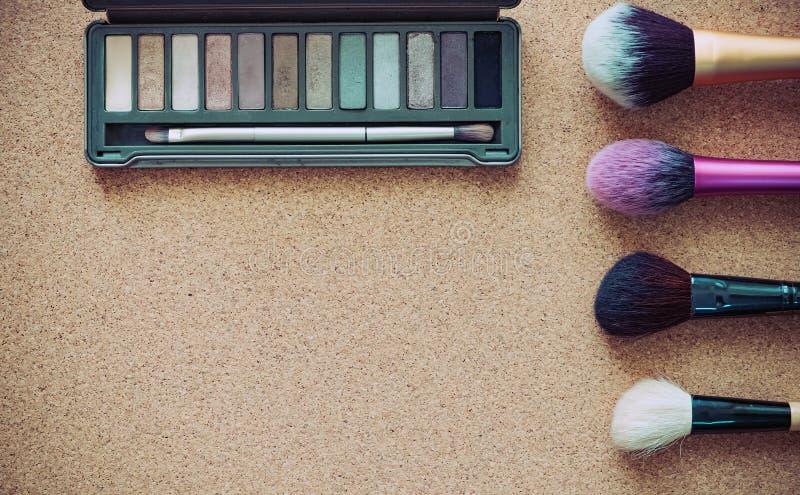 Maak omhoog kosmetische de schoonheidsmanier van het borstelproduct op hout royalty-vrije stock foto