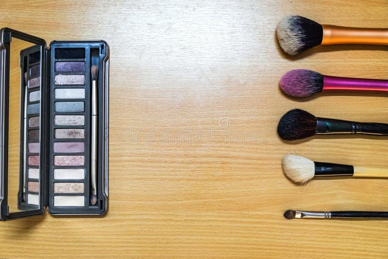 Maak omhoog kosmetische de schoonheidsmanier van het borstelproduct op hout royalty-vrije stock fotografie