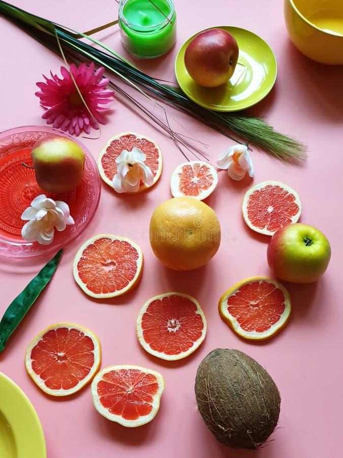 Maak tot dag de Heldere Rode appel van de kokosnotencitrusvruchten van grapefruitplakken sappige pulp groenachtig blauw rood geel royalty-vrije stock afbeelding
