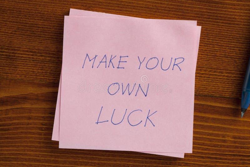 Maak uw eigen die geluk op een nota wordt geschreven stock foto