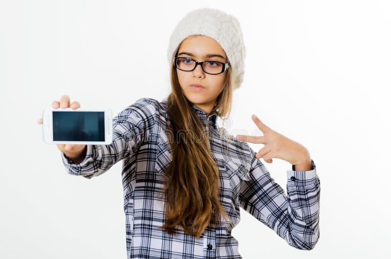Maakt het manier vrij jonge meisje selfie portret op smartphone stock fotografie