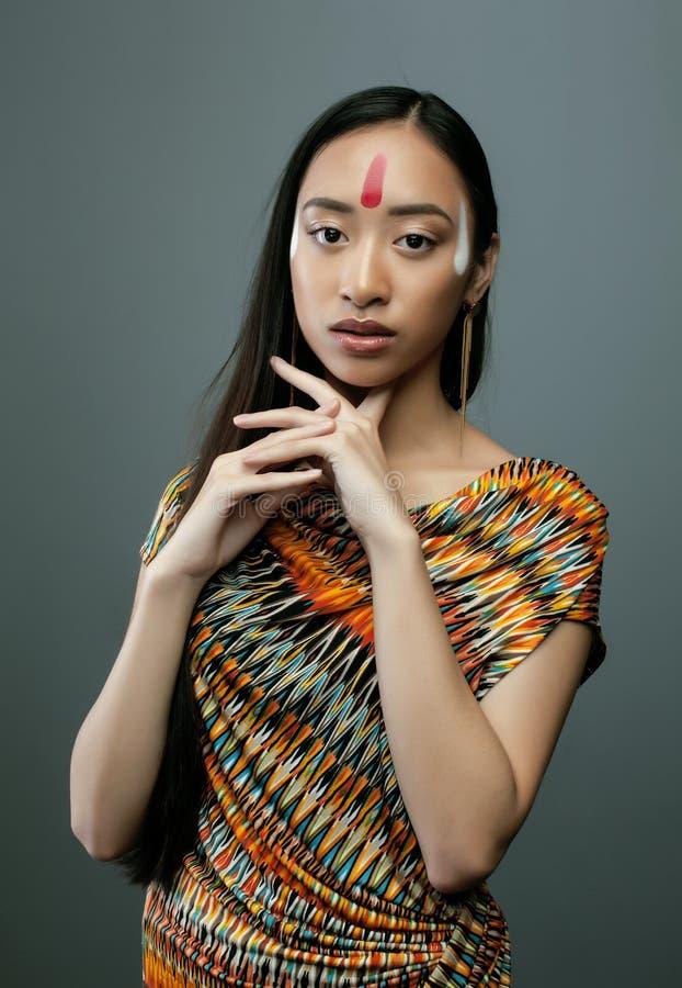 Maakt het schoonheids jonge Aziatische meisje met omhoog als stock fotografie