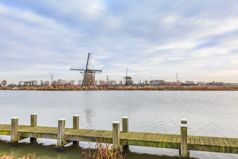 Maalt 1, 2 en 3 langs de Rotte-Rivier in Zuid-Holland voor het ontwateren van de polders stock foto