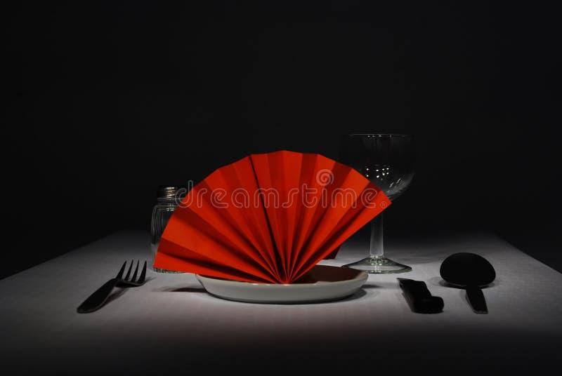 Maaltijd met een rood servet op een zwarte achtergrond royalty-vrije stock fotografie