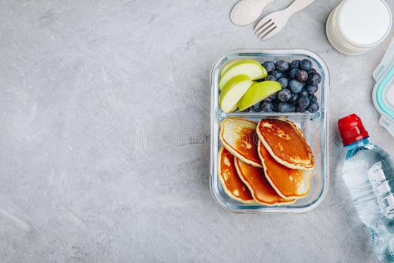 Maaltijd prep containers met pannekoeken, bosbes en appel Ontbijt in lunchdoos Hoogste mening royalty-vrije stock foto's