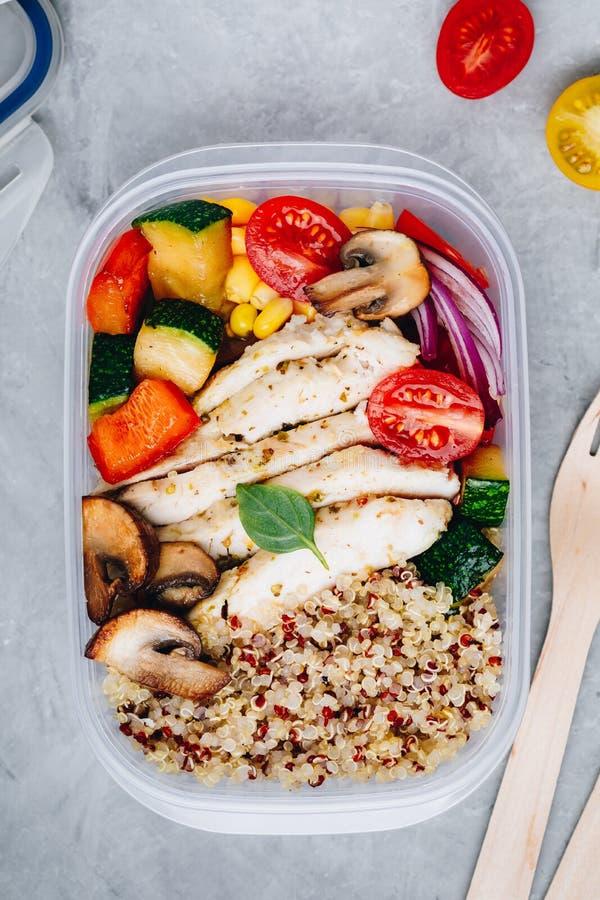Maaltijd prep containers met quinoa, geroosterde groenten en kip royalty-vrije stock afbeelding