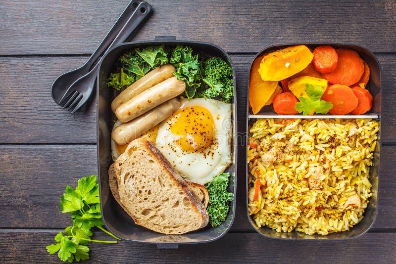 Maaltijd prep containers met rijst met kip, gebakken groenten, e royalty-vrije stock afbeelding