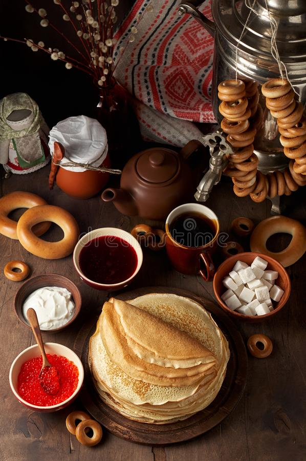 Maaltijd van het de Weekfestival van Shrovetidemaslenitsa de Boter Stapel van Russische pannekoekenblini royalty-vrije stock foto