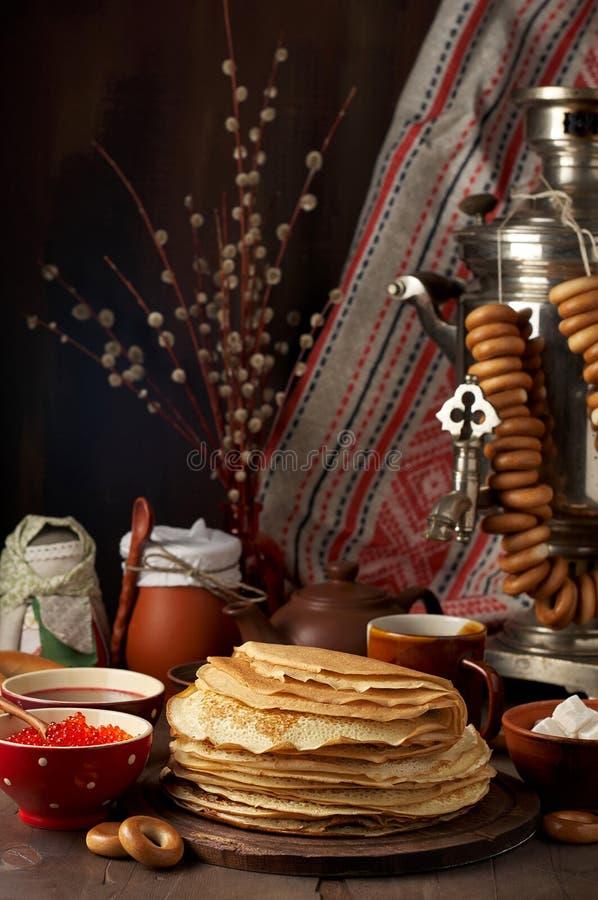 Maaltijd van het de Weekfestival van Shrovetidemaslenitsa de Boter Stapel van Russische pannekoekenblini royalty-vrije stock afbeelding