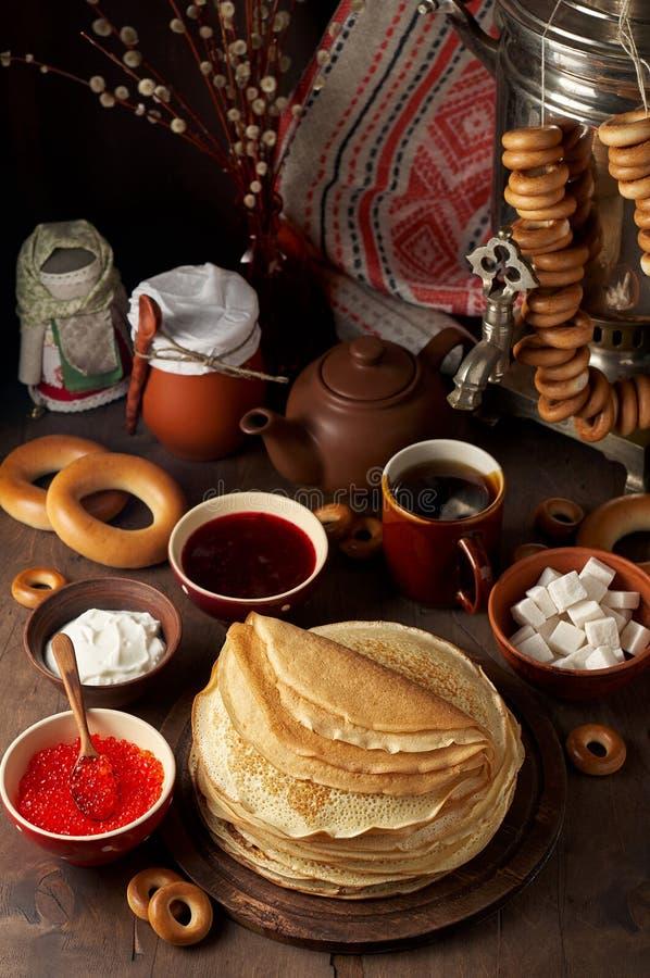 Maaltijd van het de Weekfestival van Shrovetidemaslenitsa de Boter Stapel van Russische pannekoekenblini stock foto's