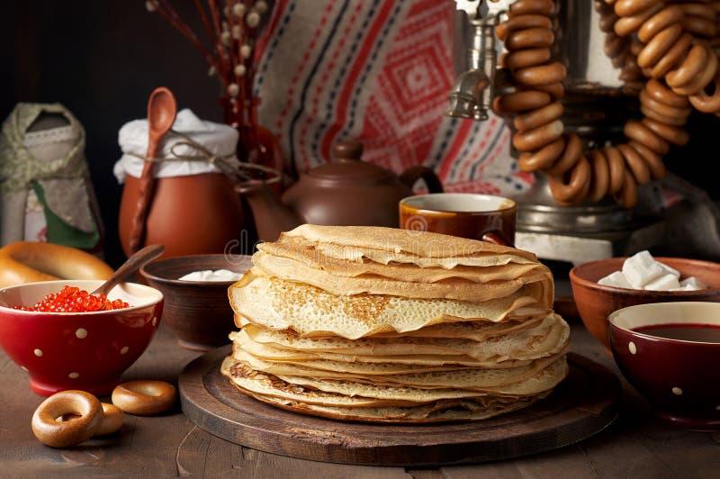 Maaltijd van het de Weekfestival van Shrovetidemaslenitsa de Boter Stapel van Russische pannekoekenblini stock afbeeldingen