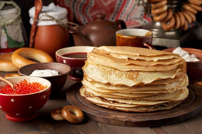 Maaltijd van het de Weekfestival van Shrovetidemaslenitsa de Boter Stapel van Russische pannekoekenblini royalty-vrije stock afbeeldingen