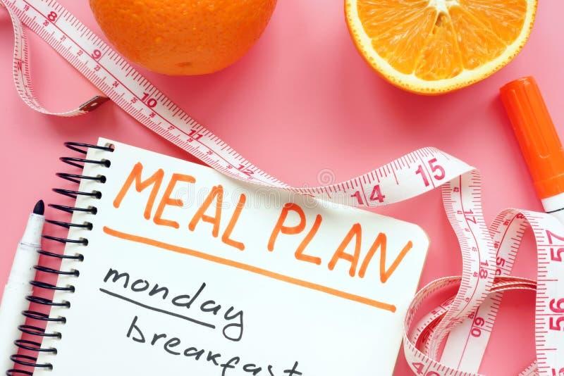 Maaltijdplan voor gewichtsverlies met sinaasappel op roze oppervlakte stock foto's