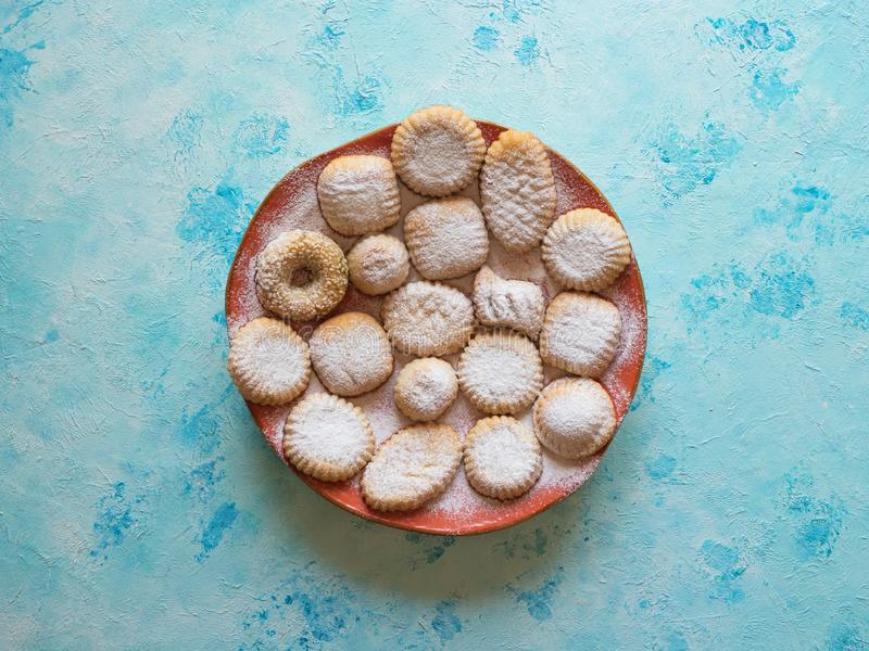 Maamoul ?rabe dulce de los pasteles relleno con la fecha, las nueces o las nueces de pistacho Dulces de Ramadan imagen de archivo libre de regalías
