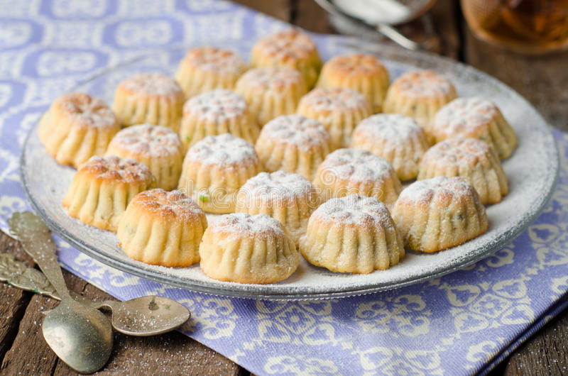 Maamoul ou mamoul - les biscuits arabes ont bourré des dates avec le glaçage cugar sur le fond en bois de table de vintage Foyer  images libres de droits
