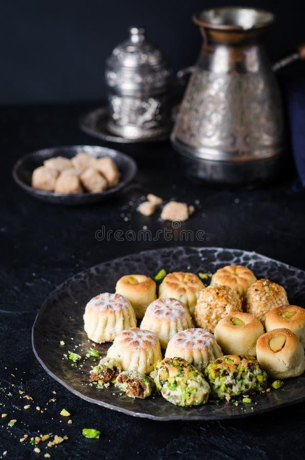 Maamoul ou mamoul - les biscuits arabes ont bourré des dates ou le phistachio avec le glaçage cugar sur le fond foncé Foyer sélec photographie stock libre de droits