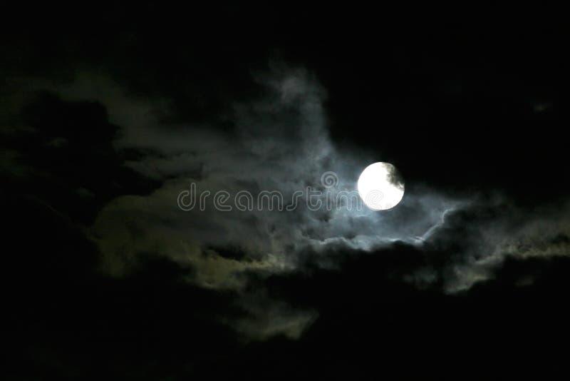 Maan bij nachthemel stock afbeeldingen