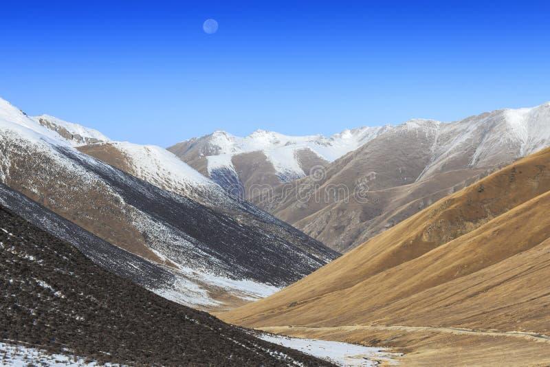 Maan die over landschap van Berg het Tibetaanse Himalayan in de provincie van Sichuan, China toenemen stock foto's
