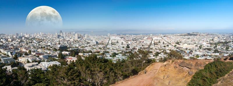 Maan die over San Francisco toenemen stock afbeeldingen