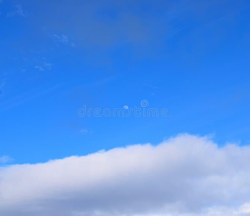 Maan in Duidelijke Blauwe Hemel met Witte Wolken - Natuurlijke Achtergrond stock afbeeldingen