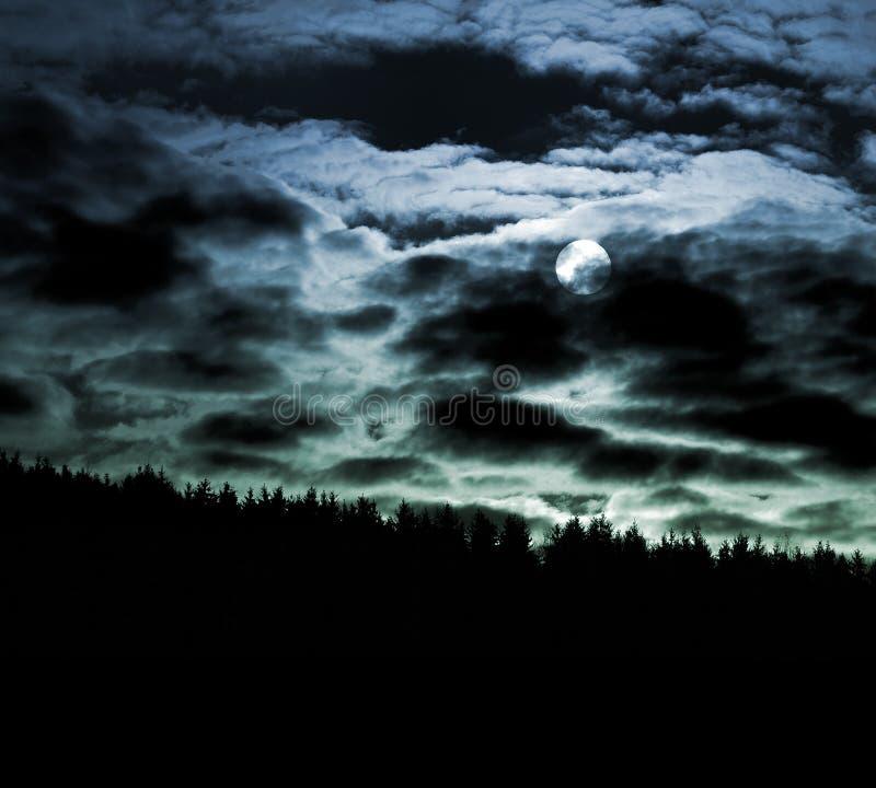 Maan en cloudscape bij nacht stock afbeelding