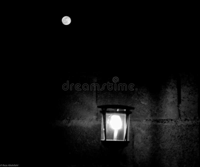 Maan en lamp zwart-wit minimaal drama stock afbeelding