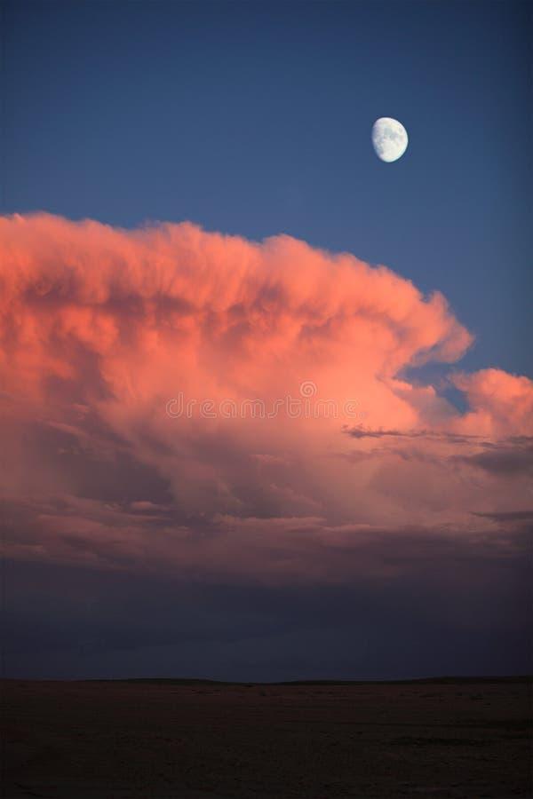 Maan en rode wolken stock foto
