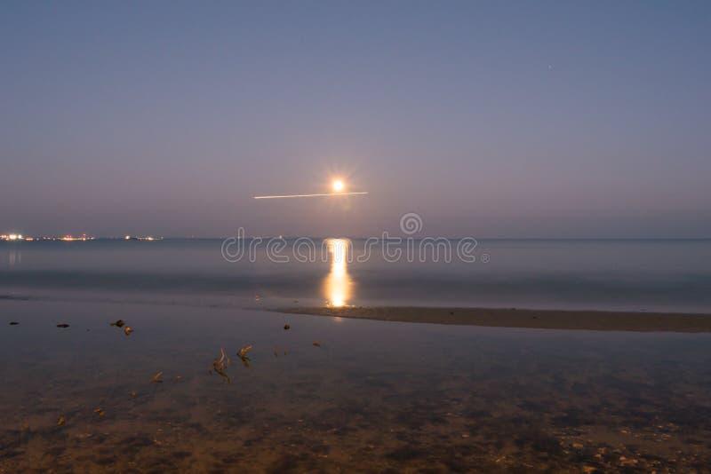 Maan in horizon stock fotografie