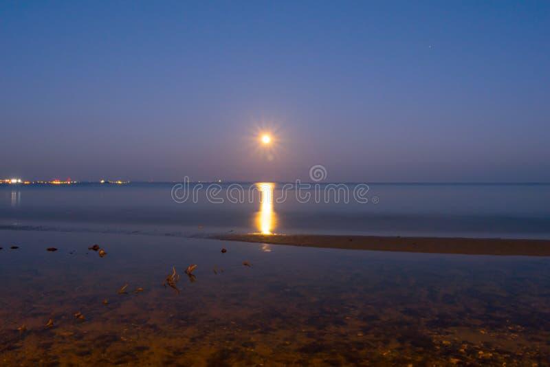 Maan in horizon royalty-vrije stock foto