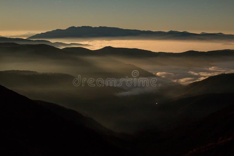 Maan lichte bergen stock foto's