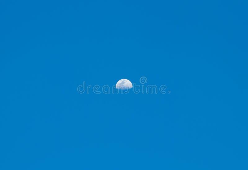 Maan met kraters in de hemel stock foto
