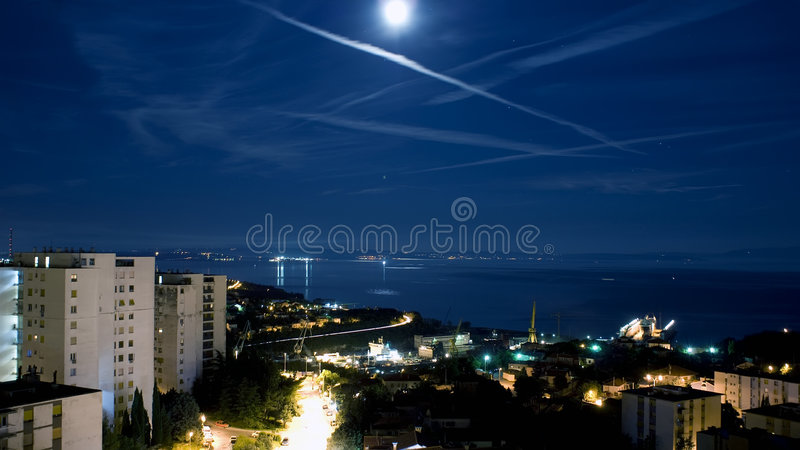 Maan over baai Kvarner stock afbeelding