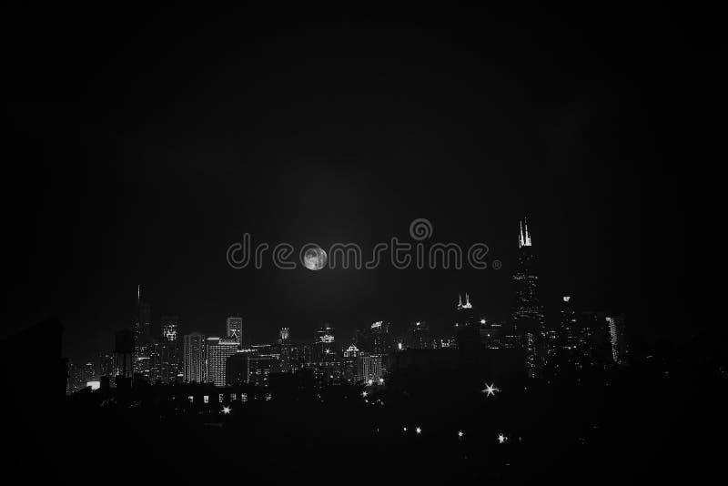 Maan over Chicago stock afbeeldingen