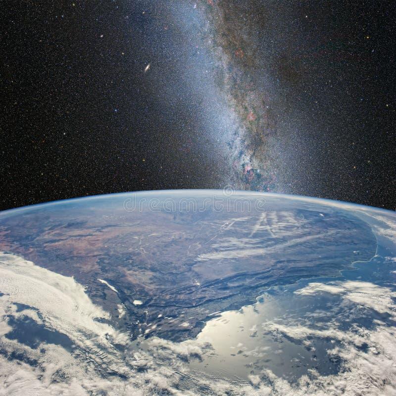 Maan over de aarde, op de achtergrond van melkachtige Manier Elementen van dit die beeld door NASA http://www wordt geleverd NASA royalty-vrije illustratie
