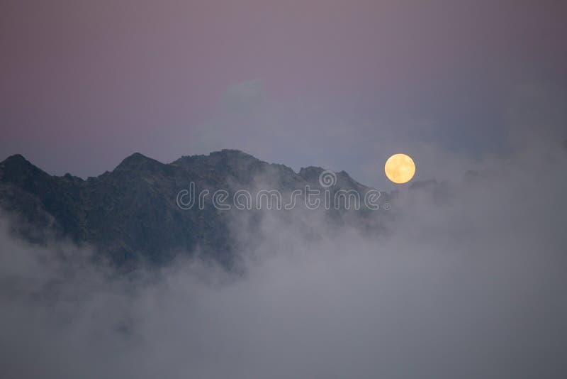Maan over de bergen royalty-vrije stock afbeeldingen