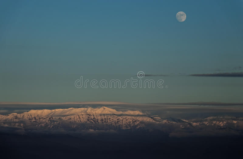 Maan over de bergpieken royalty-vrije stock foto