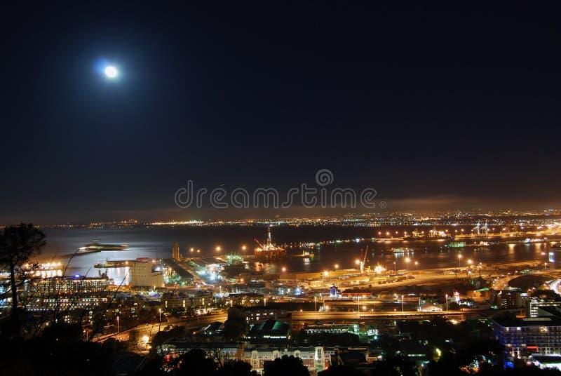 Maan over de Haven van Kaapstad stock foto's