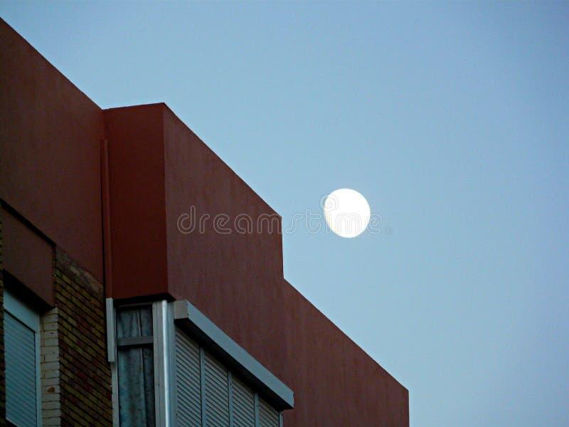 Maan over een flat in de duidelijke blauwe hemel Rota, Spanje royalty-vrije stock foto