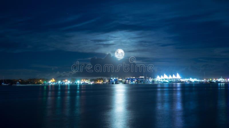 Maan over Mainbeach in Queensland Australië stock afbeeldingen