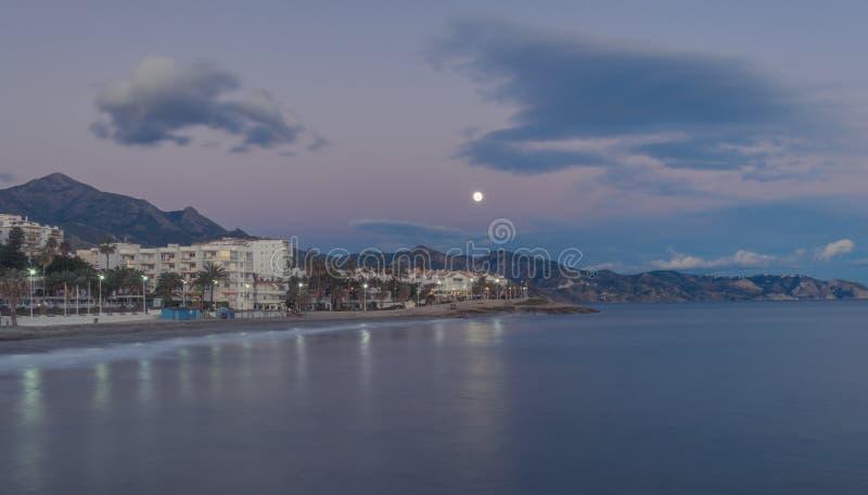 Maan over Nerja, zuidelijk Spanje stock afbeeldingen