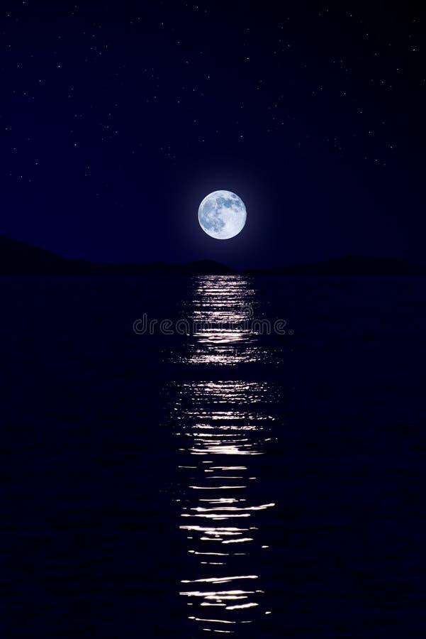 Maan over overzees stock afbeelding