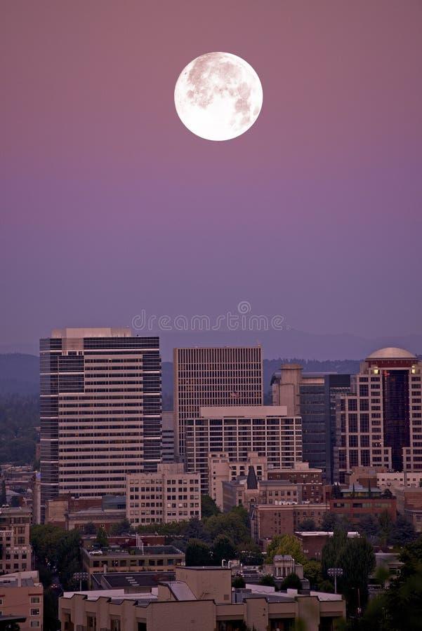 Maan over Portland stock afbeelding